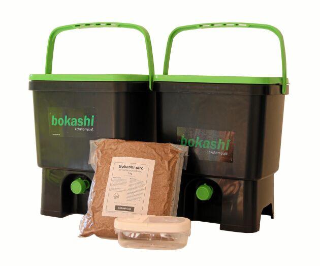 Specialgjort bokashisystem med hinkar och strö. Just de här kostar 849 hos Bokashi.se.