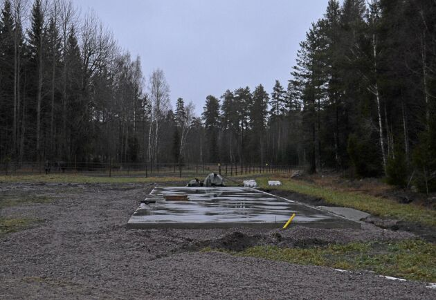 Uteboxarna är snart på plats på Skogsholma travcamp.