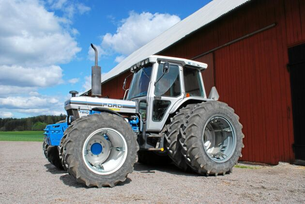 Vid fototillfället hade denna Ford 7810 Silver Jubilee körts i endast lite drygt 1 000 timmar. Ägaren köpte traktorn som ny efter att ha prutat på priset. Den hade då stått osåld ett år.