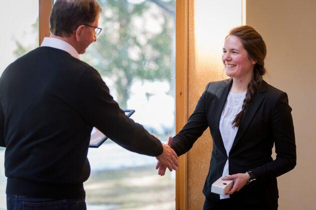 Nyligen fick hon ta emot priset Träflugan som delas ut av träföretaget Martinssons. Förutom diplom och en figur, doneras även 10 000 kronor i Elin Olofssons namn till Hjältarnas hus i Umeå (ett boende nära sjukhuset, för familjer med svårt sjuka barn).