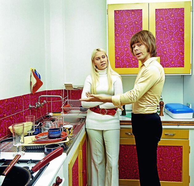 Husfar Björn Ulvaeus och husmor Agnetha Fältskog från ABBA i sitt färgstarka 1970-talskök.