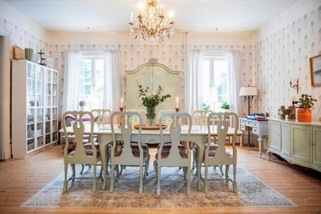 Den stora salen är pampig med matsalsmöbler från 1800-talet och nytillverkade tapeter efter gammal förlaga.