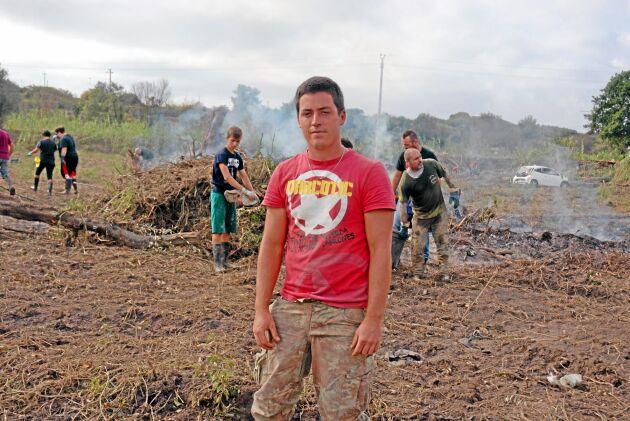 Federico Rustici har blivit av med hela sin grönsaksodling, men har fått hjälp av hundratals volontärer för att röja upp.