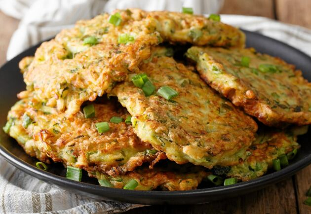 Riven zucchini är en bra bas för vegetariska biffar.
