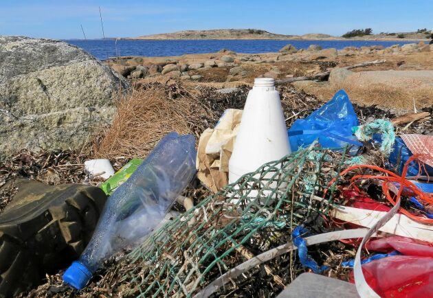 Det mesta av skräpet i havet kommer från land och mycket av skräpet består av plastförpackningar.