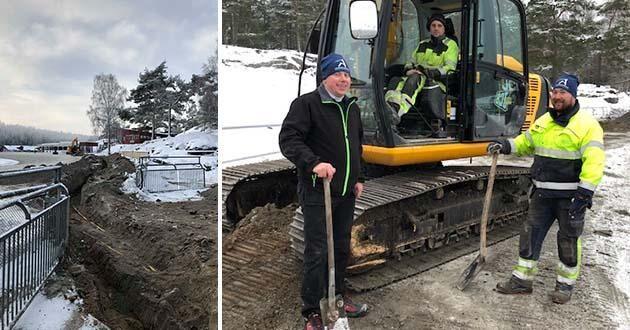 Stallbacksbyggnader ska förses med värme och varmvatten via en kulvert från publikplats. Grävarbetena pågår just nu med Petter Olsson i grävmaskinen, och Andreas Eriksson, anläggningsansvarig, till vänster och till höger Tyrone Danielsson, ansvarig entrprenör.