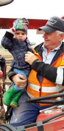 Lars-Gunnar Dahlström och barnbarnet Ludvig, 2 år – förhoppningsvis nästa generation plöjare på Trollsta.