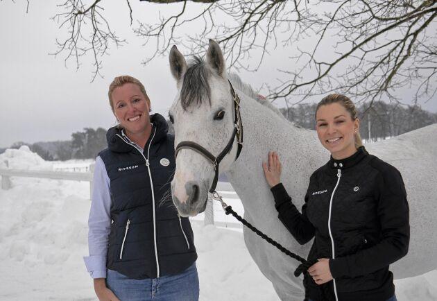 Jenny Stråhle och Karin Lindell står bakom ridappen Ridesum. Här är de med Saga Lannefelts ponny Droppan.