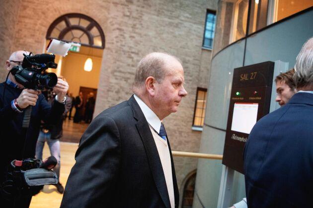 Eskil Erlandsson på väg in till rättssalen i måndags. I dag hålls andra och sista förhandlingsdagen mot centerpolitikern.