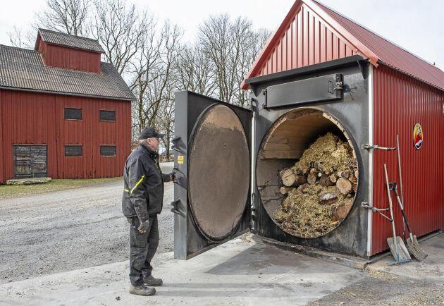 Hidinge gård investerade i en ny halmpanna och renoverade den gamla för att effekten skulle räcka till torken när mer spannmål skulle torkas.