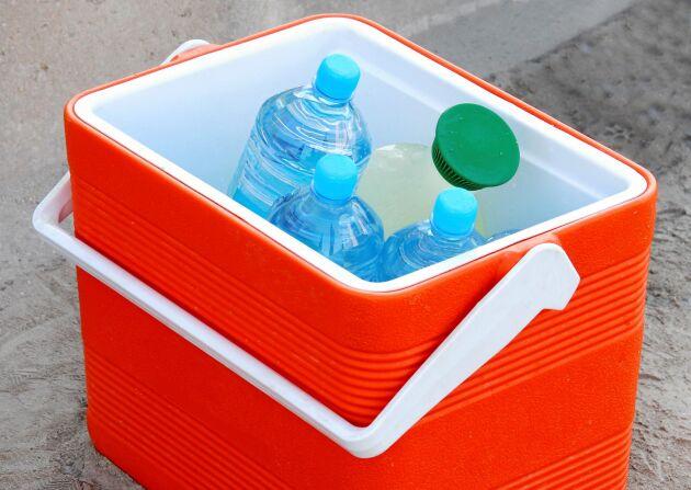 Smarta saker att ha till hands: vattenfyllda flaskor och en kylbox.