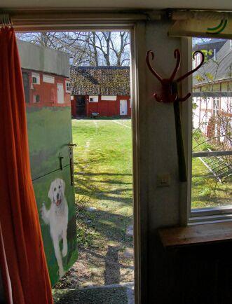 Dörren mot gårdsplanen pryds av en fin hundmålning.