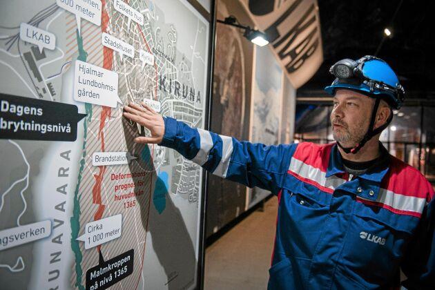 Anders Holstenson, stadsguide hos LKAB, visar var deformationsgränsen kommer gå år 2035 och vilka områden som ska ha avvecklats tills dess.