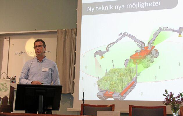 """Olle Gelin, projektledare Skogforsk, med en påhittad """"framtidsbild"""" av hur plantsättning kan komma att gå till."""