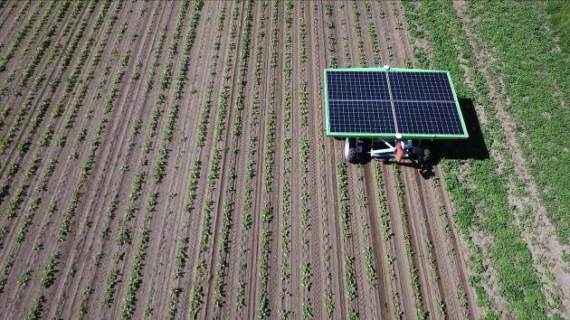 De fyra solpanelerna ger tillräckligt med ström för att både driva maskinen och ladda dess batteri.