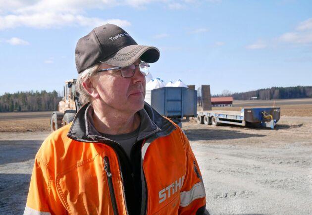 Anders Åhman som är spannmålsodlare i Västerfärnebo får sin råvara rensad. Han rensar själv 40 ton men har gått ihop med fler lantbrukare för att få ihop en större mängd att rensa.