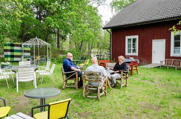 I år får gästerna sitta utomhus i den fina trädgården, på coronasäkert avstånd. I år får de 100 sittplatserna ute glesas ut.