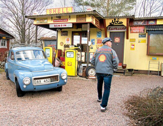 På Nitas mack- och lanthandel i Vättlösa kan man uppleva stämningen på en mack på 1950- och 60-talen med tidstypiska prylar och utrustning.