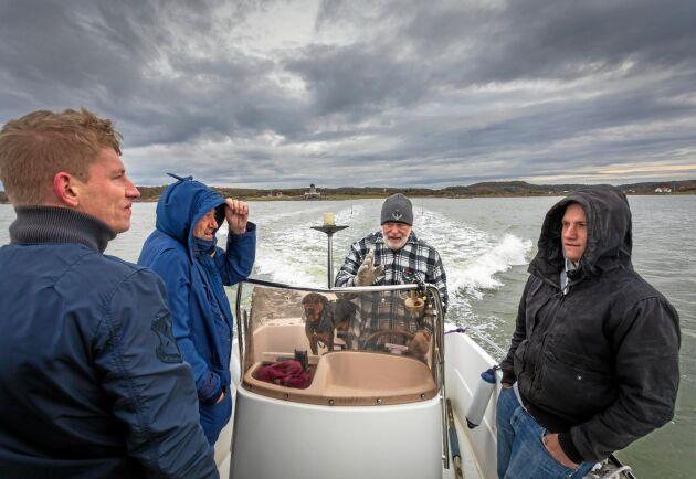 Det tar ungefär tio minuter för Christian Jansson, Jan Jansson och Tommy Jansson att med Stellan Björks båt ta sig från hamnen i Lycke ut till Kråkerön.