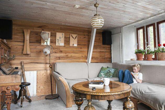 Soffan är konstruerad efter egen design för att passa in vad gäller storlek och form.