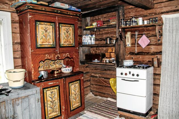 Här lever Anna, Robert och två ungdomar ett enkel småbrukarliv.