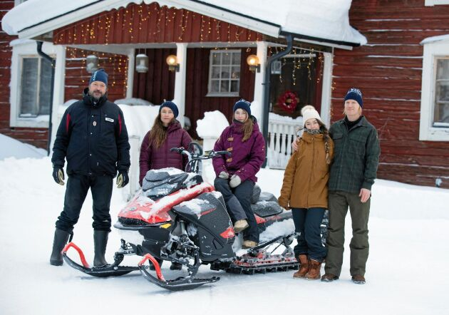 Pappa Johan och mamma Eva Gunnarstedt och döttrarna Nadja och Rebecca plus Rebeckas pojkvän Svante Andersson.