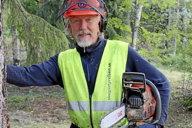 Dan Månsson, instruktör på Skogsstyrelsen, visar hur du bäst vårdar och tar hand om din motorsåg.