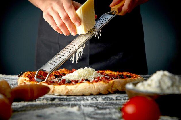 Riven ost på pizzan behöver inte vara parmesan – det finns tre svenska alternativ som är lika läckra.
