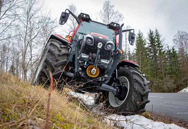 Traktorn klarar med sin låga tyngdpunkt lutningar på 60 procent. Något för klippning av bullervallar och annat.