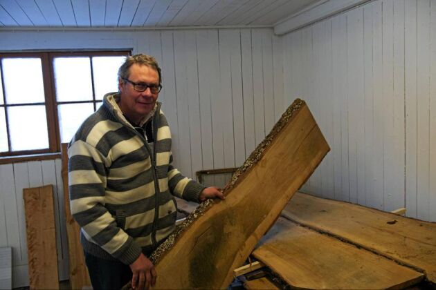 Det gamla mjölkstallet intill Bråhovda såg byggs just nu om till varmbonad snickarverkstad. Här ska såväl sågverkets medarbetare som lokala hantverkare kunna arbeta utan att frysa under vinterhalvåret.