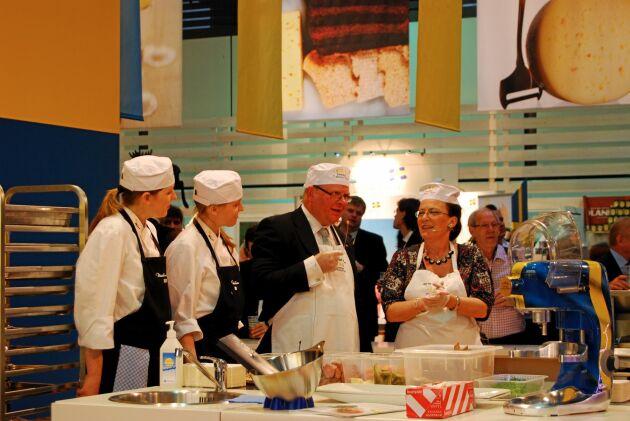 2009, inför det svenska ordförandeskapet i EU, satsade Sverige på en monter på Grüne Woche. Även då var det svårt att hitta företag som ville ställa ut. Här invigs montern av dåvarande jordbruksminister Eskil Erlandsson (C), dåvarande ambassadör för Sverige i Tyskland Ruth Jacoby och kockarna Ulrika och Carina Brydling.