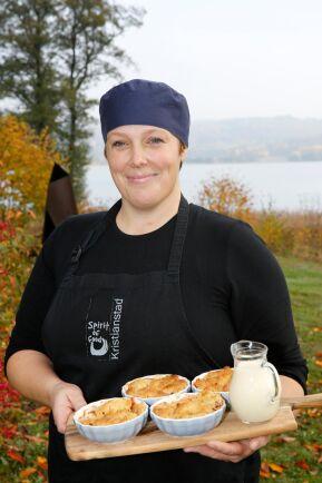 Annika Olsson serverar svärmor Annas äppelkaka på gårdskaféet.
