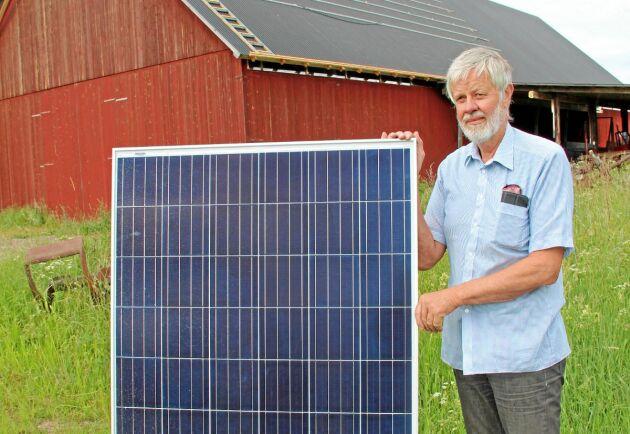 Ralf Enegren i Östanbyn monterar solceller på sitt maskinhallstak.