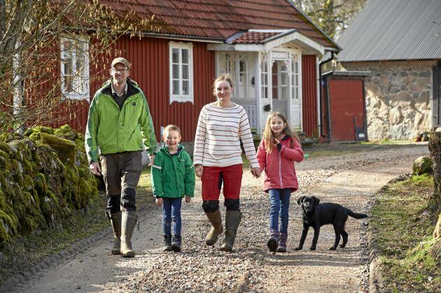 Vaktlar är deras nisch - Victor Karlsson och Karolina Wilczynska, här med sina barn Vidar och Alice.