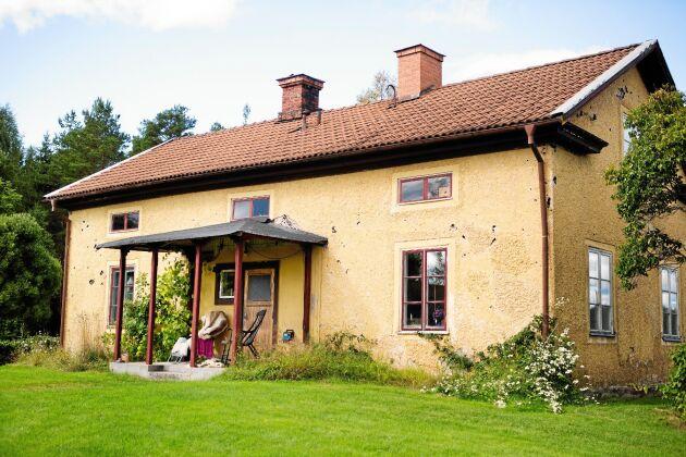 Det gulrappade det gamla boningshuset som farmor och farfar bodde i.
