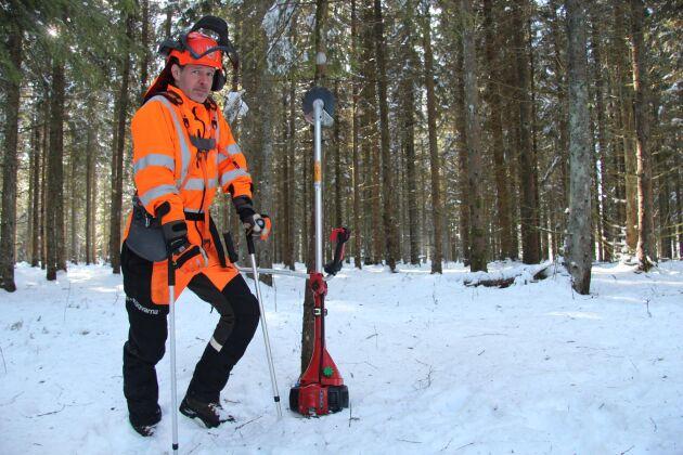 Johan Emanuelsson, skogsägare och skogslärare, har skadat sig sedan en trissa i hög hastighet träffat hans knä vid röjning.
