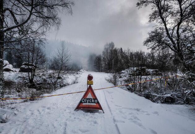 """""""Det är som en kolmila. Branden går inte att släcka som den är, kanske om man gräver ut den, bit för bit och sedan släcker med vatten"""", säger markägaren Anders Fredin."""