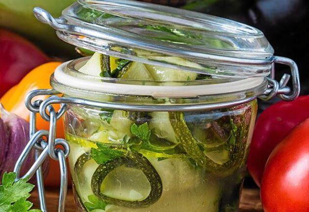 Servera den inlagda zucchinin till kött och köttfärsrätter.