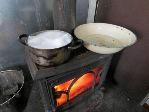 """Vid stugorna i Muddus nationalpark är det svårt att hitta vatten vintertid. Det blir till att smälta snö till matlagning och """"dusch""""."""