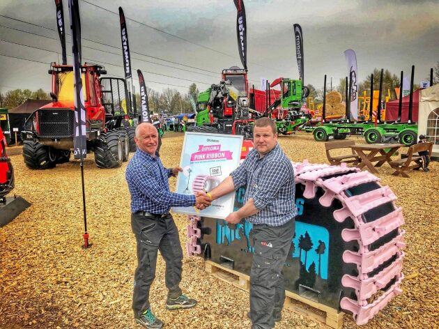 På Estlands största skogs- och jordbruksmässa såldes det rosa bandet vidare. Här skakar den tidigare ägaren Indrek Reisenbuk (t h) hand med den nya ägaren Olav Arus (t v).