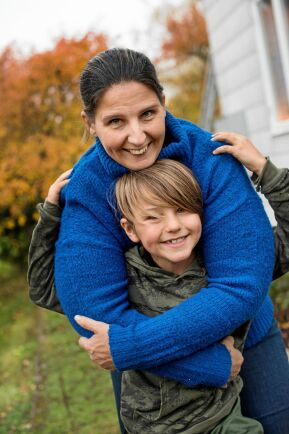 """Jenny Svennerbäck och sonen Tim gillar sitt nya liv i Alsterbro. """"Här finns plats att åka skateboard"""", säger Tim."""