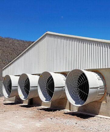 BlueFan. Är ett fläktsystem som kombinerar höga luftflöden med hög energieffektivitet. Plastmaterialet gör att fläktarna är tysta. När fläkten är avstängd är fläktöppningarna helt täta, vilket förhindrar drag. Fläktöppningarna kan också öppnas med hjälp av reservkraft, det underlättar nödventilation i djurstallet vid t ex strömavbrott. Leverantör: SKOV A/S.