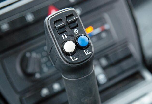 Joystick för manövrering av traktorns hydraulik. Här finns också reglage för att ställa motorvarv och ändra körriktning.