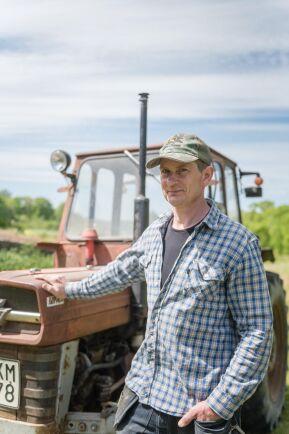 """""""Traktorn fungerar bra till enklare uppgifter på små gärden, ska man in där det är trångt är den perfekt"""", säger Nils Söderberg."""