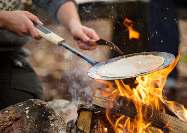 Laga mat över öppen eld – så lyckas du