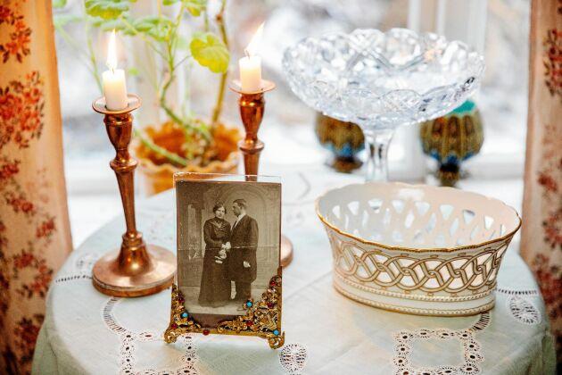 I gästrummet råder romantisk stil à la förra sekelskiftet, med skira skålar och ett gammalt foto av Joars farmors morföräldrar.