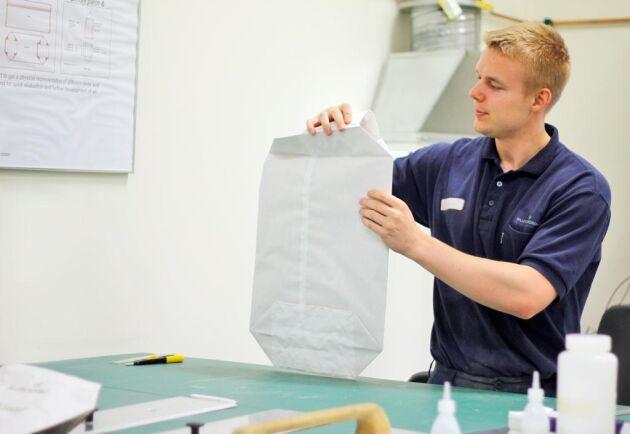 Sommarjobbaren Mattias Edvartsen, viker prototyp i Säcklabbet.