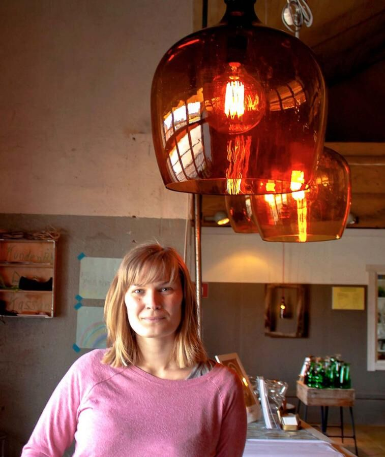 Land.se skriver om Anny Jernberg som blåser nytt liv i gammalt glas.