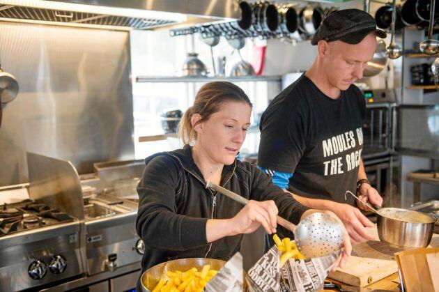 Rykande pommes frites och goda såser serveras till musslorna av kocken Anton Ingildsen Kämpe och kökschefen Emelie Olson.