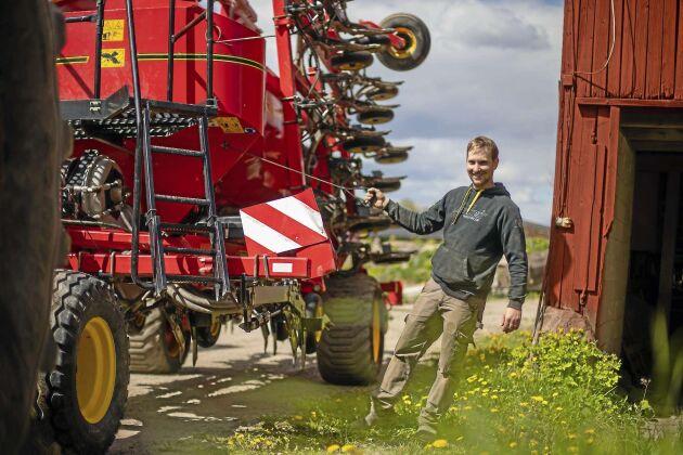 Erik Söderlund har planer på att bygga ett nytt gårdscentrum med maskinhall och en mobil torkanläggning. – Jag vill inte bygga ett eget torkhus för fem miljoner som bara används en månad om året och sedan är värdelös i alla andra sammanhang, när jag har mest arranderad mark som bara används en gång om året.
